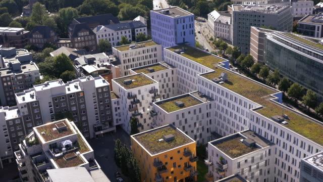luftaufnahme moderner wohngebäude in hamburg - atrium grundstück stock-videos und b-roll-filmmaterial
