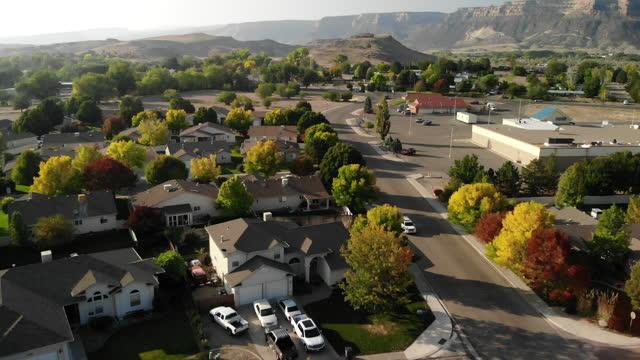 vídeos de stock, filmes e b-roll de vista aérea de casas e bairros suburbanos modernos no final do outono western eua série de vídeo 4k - usa