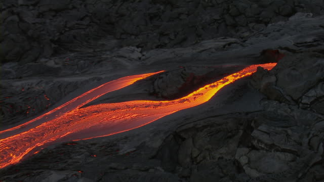 aerial view of molten lava flow on the island of hawaii. - vulkanausbruch stock-videos und b-roll-filmmaterial