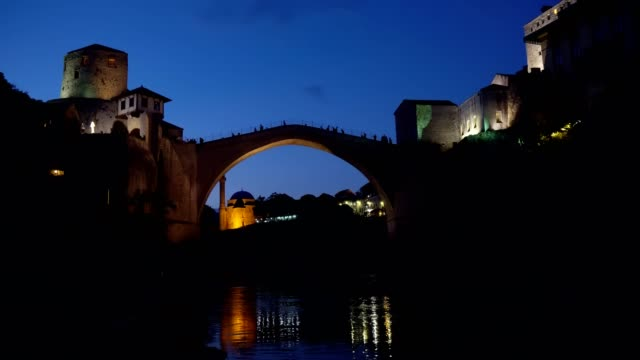 モスタル市とネレトヴァ川の空中風景-ボスニア・ヘルツェゴビナ、 - ボスニア・ヘルツェゴビナ点の映像素材/bロール