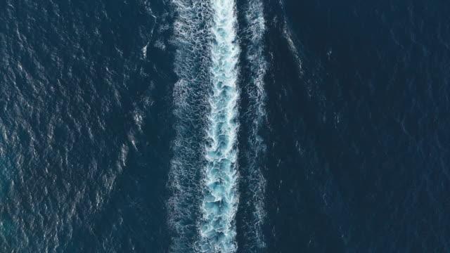 luftaufnahme des motorbootsegelns auf dem ozean - motor stock-videos und b-roll-filmmaterial