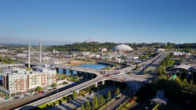 aerial view of mount rainier from over downtown tacoma - mount rainier stock-videos und b-roll-filmmaterial