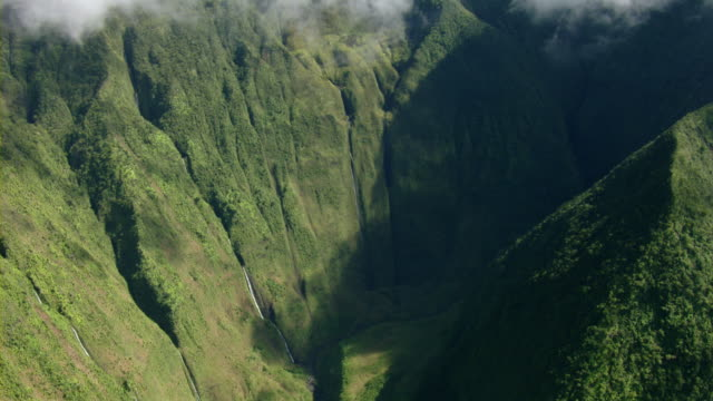 aerial view of mount waialeale wall of tears waterfalls on the hawaiian island of kauai. - isola di kauai video stock e b–roll