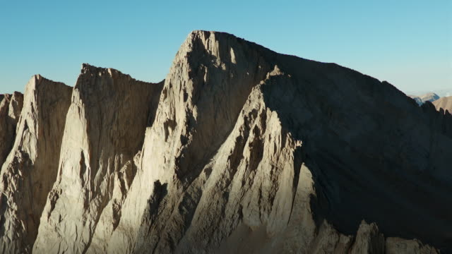 aerial view of mount whitney and the needles, high sierras, california. - felswand stock-videos und b-roll-filmmaterial