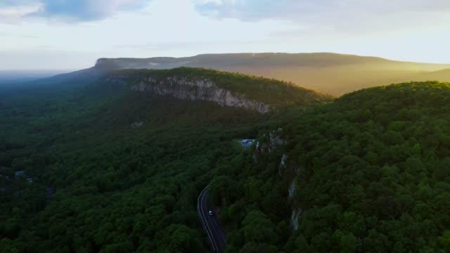 vidéos et rushes de vue aérienne de la montagne au coucher du soleil - montage séquentiel