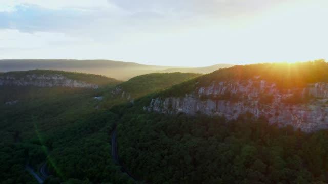 夕暮れ時の山の空中写真 - ニューパルツ点の映像素材/bロール