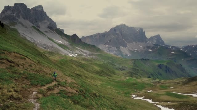 stockvideo's en b-roll-footage met luchtfoto van mountainbiker op smalle trail in de alpen - mountainbiken fietsen