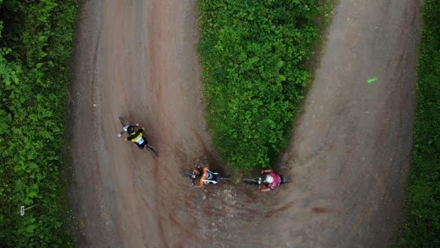 マウンテン バイク レースの森林景観を上空からの眺め - マウンテンバイキング点の映像素材/bロール