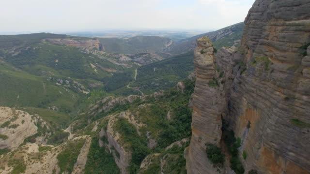 vidéos et rushes de aerial view of mountain range in the pyrenees. 4k uhd - espagne