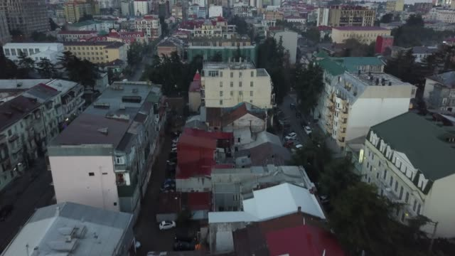 luftaufnahme der stadt in den bergen - georgia stock-videos und b-roll-filmmaterial