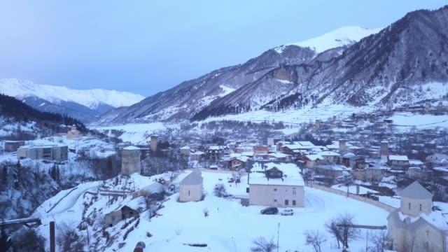 vídeos y material grabado en eventos de stock de vista aérea de la ciudad de la montaña - georgia