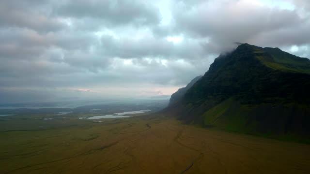 luftaufnahme von berg mit gletscher vatnajökull in island - fade in video transition stock-videos und b-roll-filmmaterial