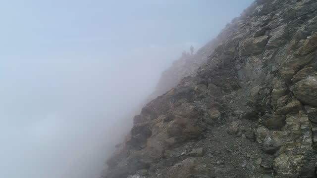 vista aerea delle montagne e nebbia fitta - nebbia video stock e b–roll