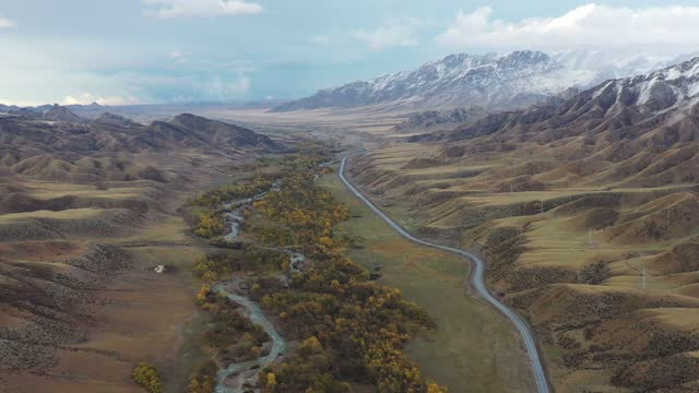 aerial view of mountains covered by snow on october 6, 2020 in bortala mongol autonomous prefecture, xinjiang uygur autonomous region of china. - 新疆ウイグル自治区点の映像素材/bロール