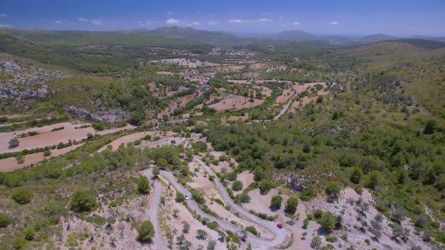 Luftaufnahme von Bergen von Artà (Serra Artana oder Massís d'Artà mit Olivenbäumen) und Haarnadel Kurven: Balearen Mallorca / Spanien