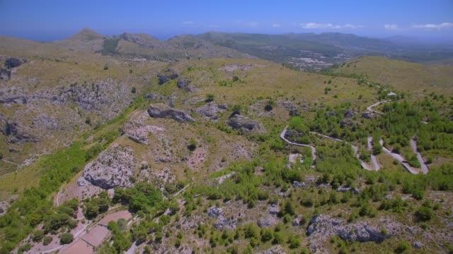 Luftaufnahme von Bergen von Artà (Serra Artana oder Massis Arta) mit Olivenbäumen und Haarnadel Kurven: Balearen Mallorca / Spanien