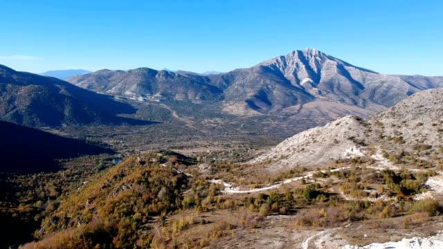 vidéos et rushes de vue aérienne des montagnes - footpath