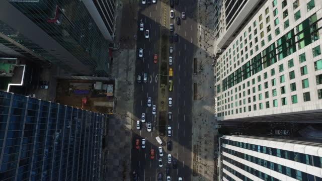 aerial view of moving traffic on teheranno street (korean silicon valley) in gangnam - ソウル点の映像素材/bロール