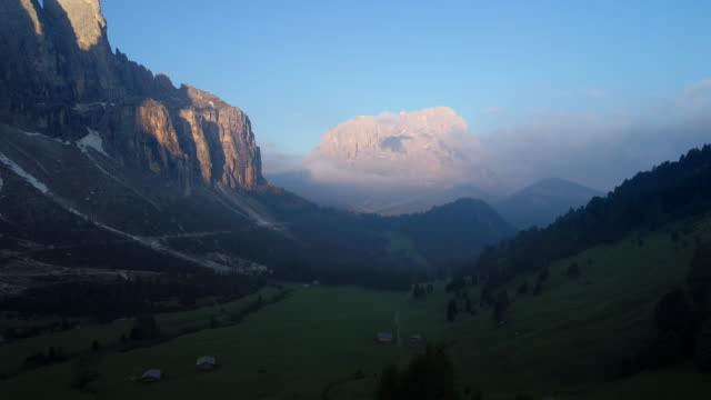 aerial view of mt. sassolungo (langkofel) seen from gardena pass at sunrise. gardena pass, mt. sassolungo, langkofel, alto adige, south tyrol, dolomites, trentino-alto adige, italy, european alps, europe. - langkofel stock videos & royalty-free footage