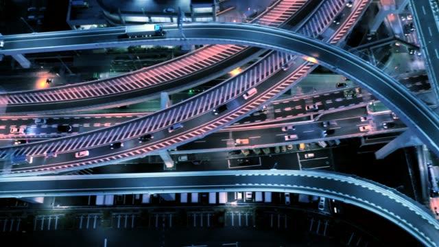 vídeos de stock e filmes b-roll de aerial view of multiple lane highway at night - vida noturna
