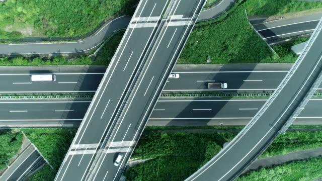 vidéos et rushes de aerial view of multiple lane highway in nature - échangeur