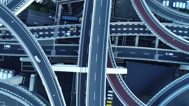 vídeos de stock, filmes e b-roll de aerial view of multiple lane highway - japão