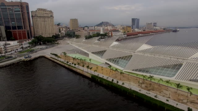 vídeos de stock, filmes e b-roll de aerial view of museu do amanha rio de janeiro brazil - museu