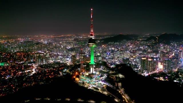 stockvideo's en b-roll-footage met luchtfoto van namsan seoul tower was 's nachts de eerste toeristische plek van het toren type in korea - tempel