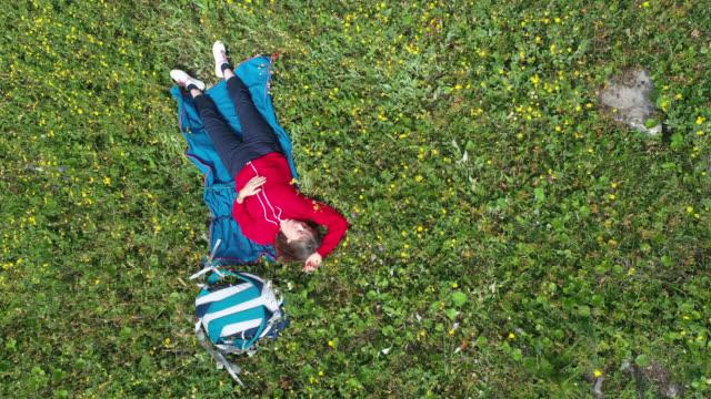 vídeos y material grabado en eventos de stock de aerial view of nap in the mountains - acostado