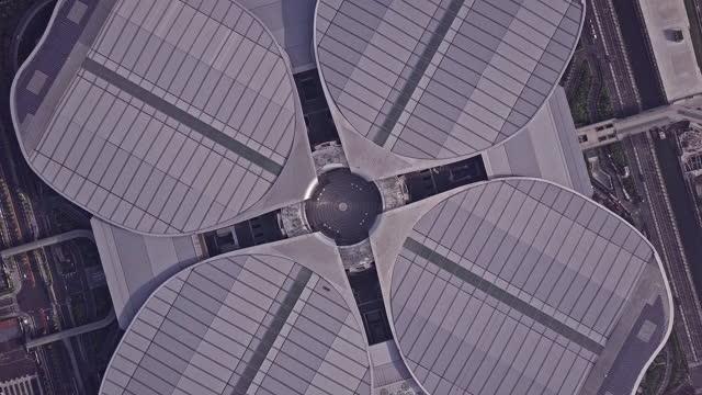 vídeos de stock e filmes b-roll de aerial view of national exhibition and convention center , shanghai - centro de conferência