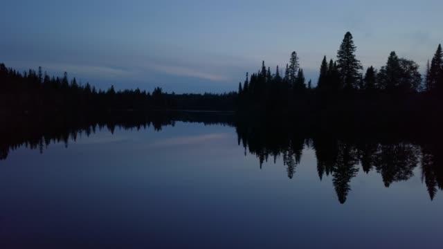 自然の森と日没時夏川の航空写真 - クワッドコプター点の映像素材/bロール