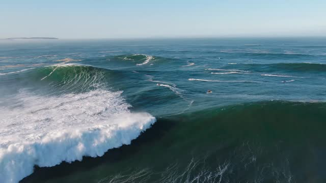 aerial view of nazaré during the surfing season with the largest waves in september 2020. nazaré is a municipality located in the oeste region and... - sventolare la mano video stock e b–roll