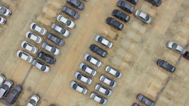 vidéos et rushes de vue aérienne de nouvelles voitures en vente - parking