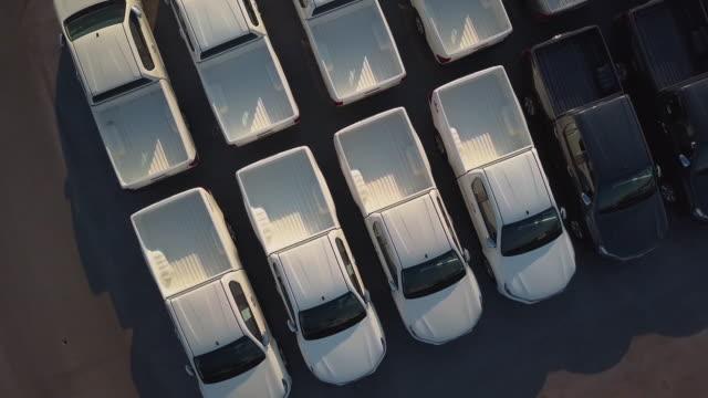 stockvideo's en b-roll-footage met luchtfoto van nieuwe auto's te koop - autodealer