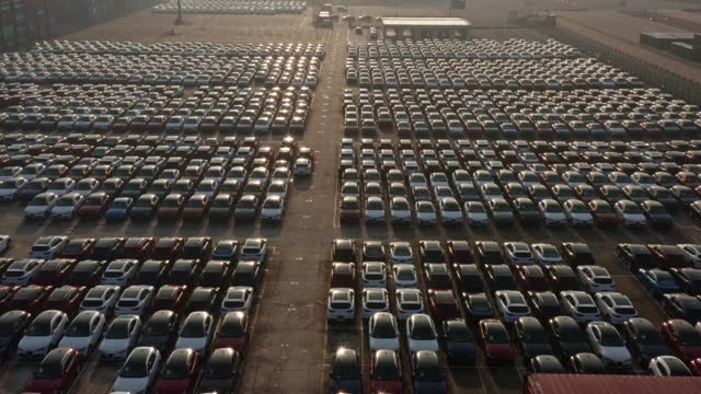 vidéos et rushes de aerial view of new cars lined up in the port for import and export - être à l'arrêt
