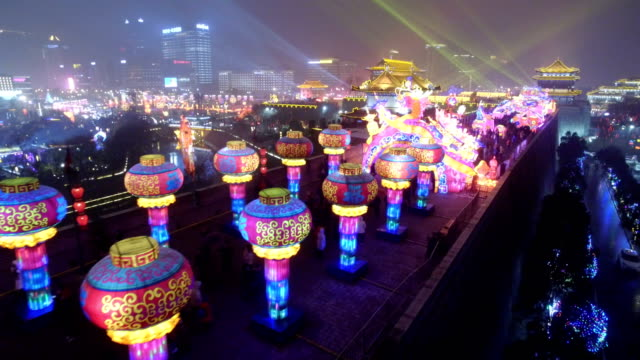 aerial view of new year lantern on ancient city wall at night / xi'an, shaanxi, china - 中国文化点の映像素材/bロール