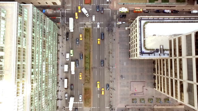 vídeos y material grabado en eventos de stock de vista aérea de la avenida de la ciudad de nueva york - calle urbana