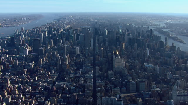 vidéos et rushes de aerial view of new york city over 5th avenue, looking north over the island of manhattan. - avenue