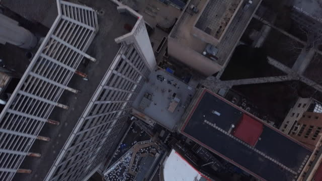 vidéos et rushes de aerial view of new york city streets - regarder vers le bas
