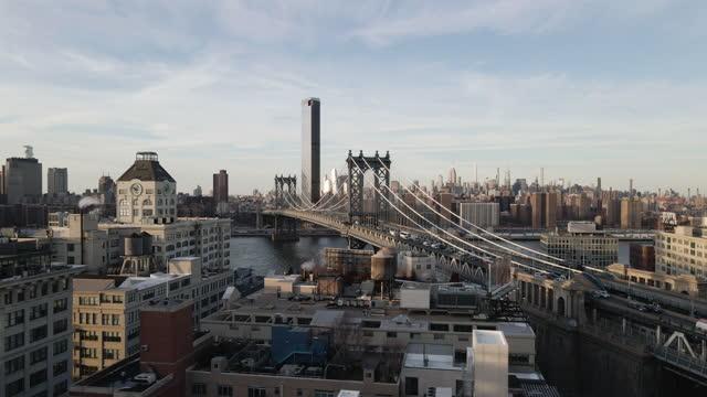 vídeos de stock e filmes b-roll de aerial view of new york city's manhattan bridge - ponte de manhattan