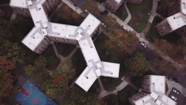 aerial view of new york city's queensbridge houses on a cloudy morning. - queens stock-videos und b-roll-filmmaterial