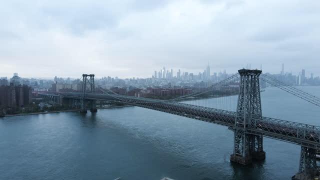vídeos de stock e filmes b-roll de aerial view of new york city's williamsburg bridge - ponte