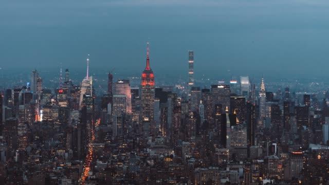 t/l ws schwenken ha luftaufnahme new york skyline von manhattan, dämmerung, nacht-übergang - manhattan stock-videos und b-roll-filmmaterial