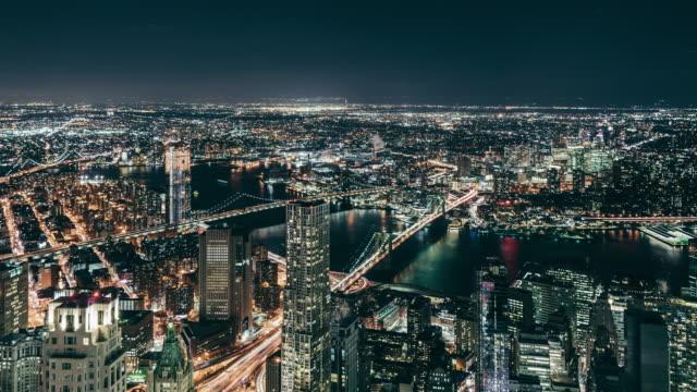 t/l pan aerial view of new york skyline bei nacht - manhattan stock-videos und b-roll-filmmaterial