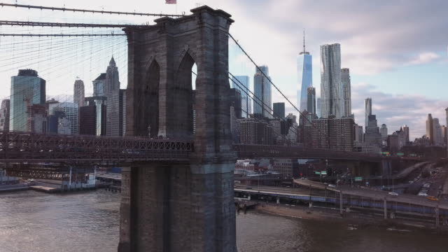 vidéos et rushes de aerial view of new york's brooklyn bridge - plan de situation