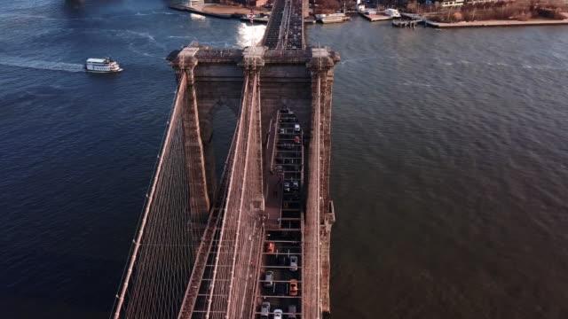 aerial view of new york's brooklyn bridge - manhattan brücke stock-videos und b-roll-filmmaterial