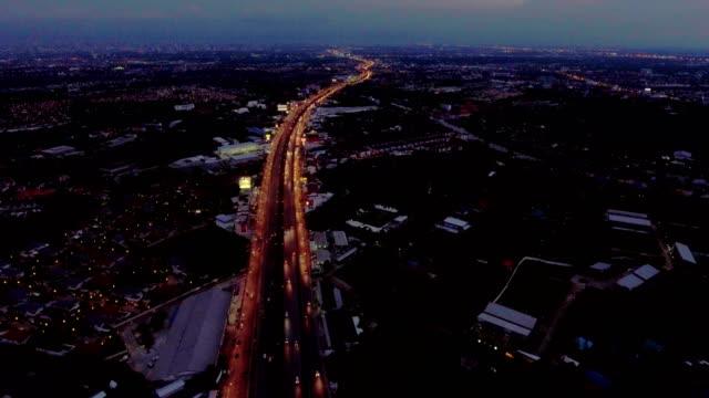 vídeos de stock, filmes e b-roll de vista aérea do tráfego de estrada à noite em bangkok, tailândia - rua principal rua