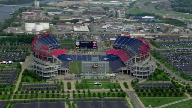 vídeos de stock e filmes b-roll de aerial view of nissan stadium in nashville, tennessee, united states of america. - campo de futebol
