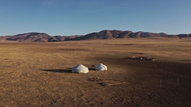 日没時のゴビ砂漠の遊牧民村の空中写真 - village点の映像素材/bロール