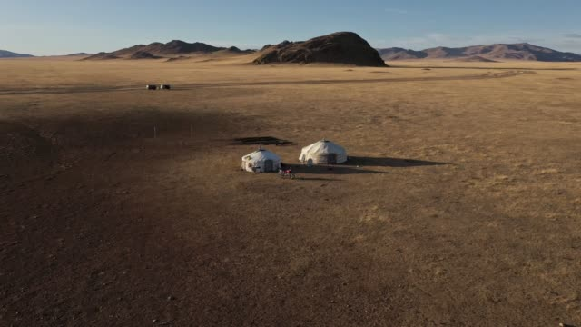 日没時のゴビ砂漠の遊牧民村の空中写真 - 村点の映像素材/bロール
